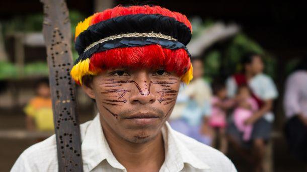 1_ Der Achuar-Indianer Ti im traditionellen Outfit ist Lehrer an der Grundschule in seinem Dorf Scharamentza_610